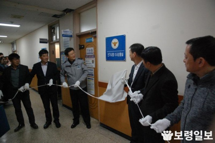 김정훈 경찰서장과 수사과 직원들이 선거사범 수사상황실 현판식을 진행하고 있다..JPG