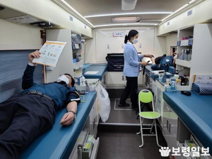 보령경찰서 직원들이 코로나19로 인한 혈액 수급난 해소를 위해 헌혈운동에 참여하고 있다..jpg